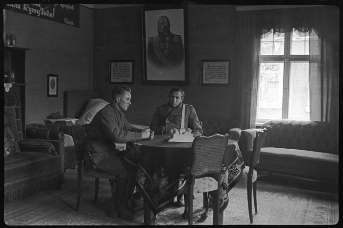 Офицеры оперативной группы для розыска и ареста главарей рейха. Германия, апрель-май, 1945 год.
