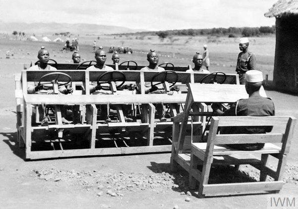 Обучение вождению королевских африканских стрелков в 1943 году. Камень на голове приучает учеников не опускать голову и смотреть всё время на дорогу.