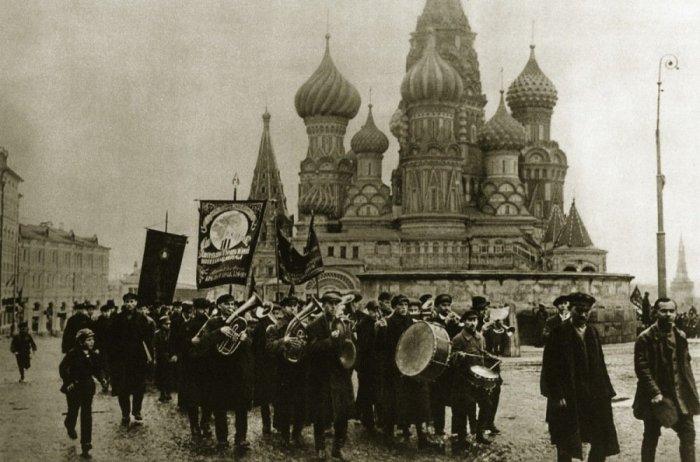 Оркестр коммунистической партии на Красной площади.
