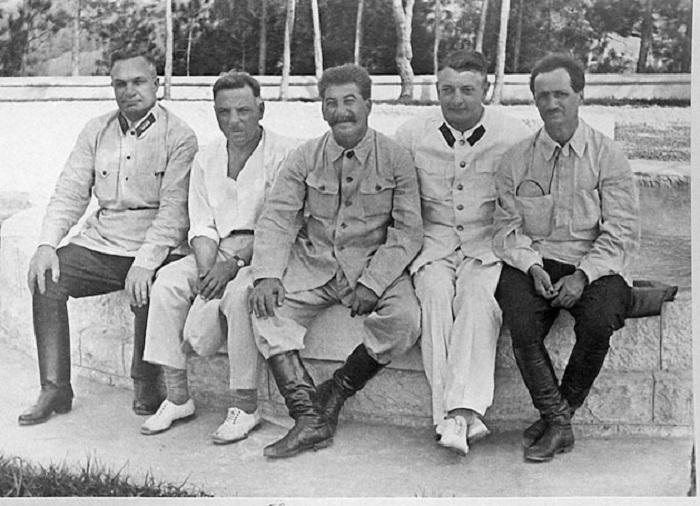 Начальник штаба Красной армии Александр Егоров, военный нарком Клим Ворошилов, Иосиф Сталин, советский военачальник Михаил Тухачевский и руководитель Абхазии Нестор Лакоба, 1933 год.
