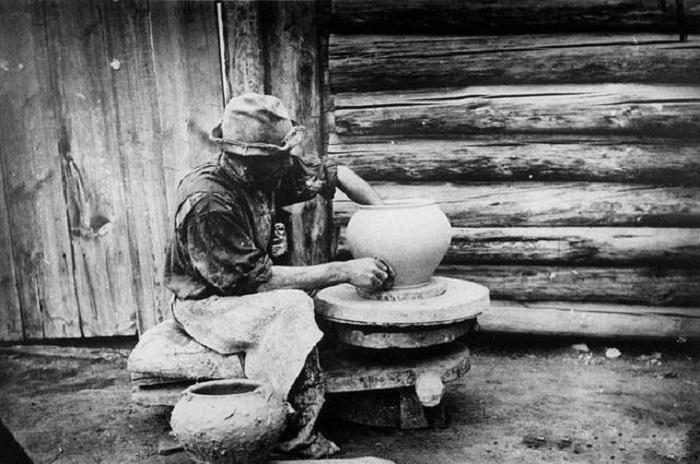 Кустарь-горшечник из села Атамановское, Красноярского уезда. Начало 20 века.
