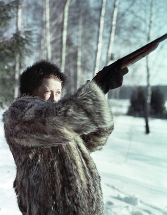 Майя Плисецкая на охоте в подмосковном лесу.