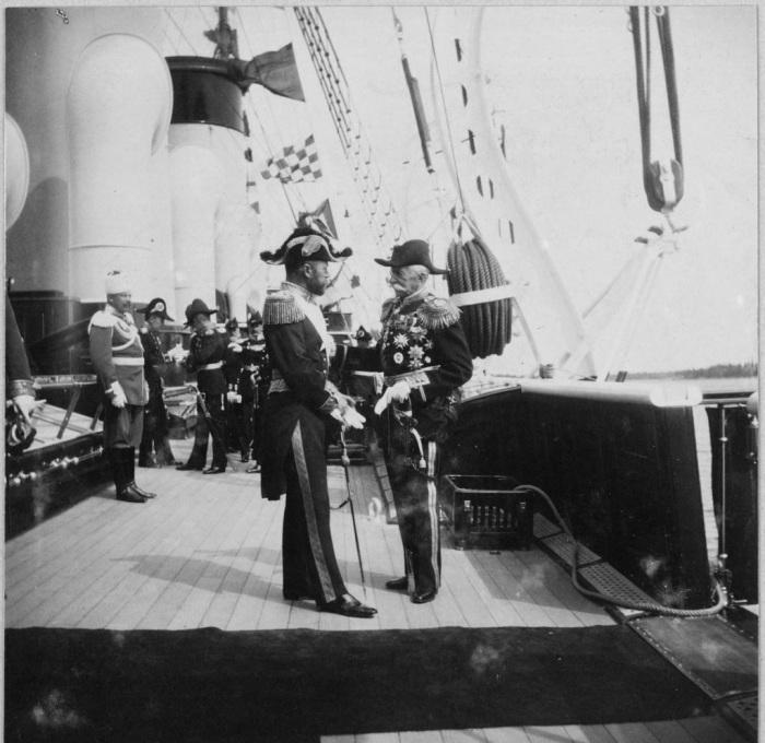 Николай II приветствует короля Швеции Густава на борту Штандарта.