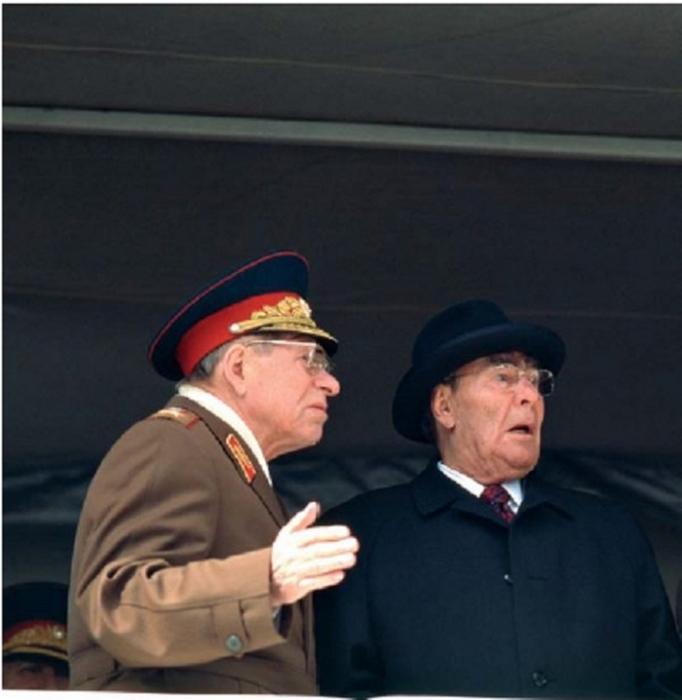 Министр обороны Устинов и генсек Брежнев.