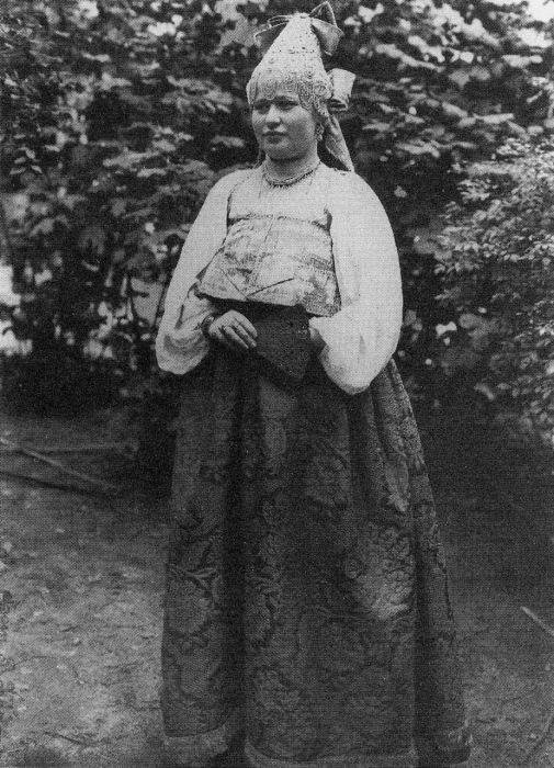 Молодая женщина в праздничном костюме. Костромская губерния, 1907 год.