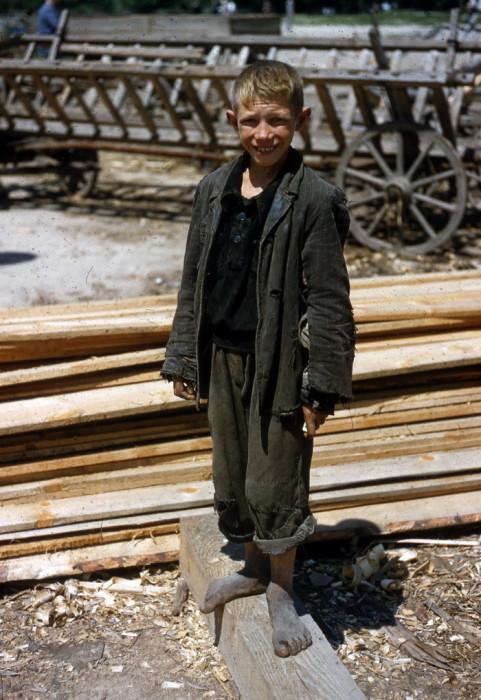 Мальчик подрабатывает на стройке в 1950-х годах.