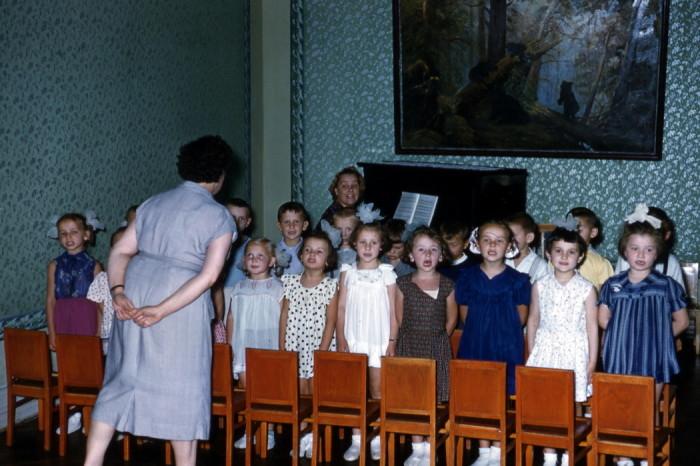 Занятия по пению в одном из детских садиков в 1950-х годах.