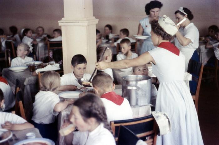 Обед в пионерском лагере. СССР, 1950-е годы.