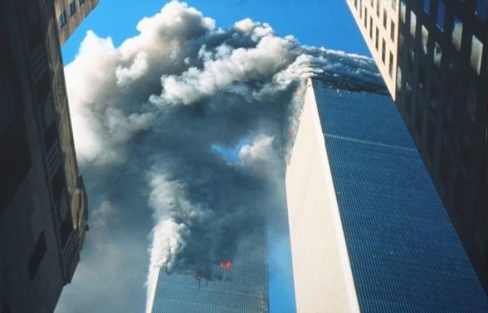 Горящие от столкновения с двумя самолетами башни Всемирного торгового центра вовремя теракта в Нью-Йорке. США, 11 сентября 2001 года. Фото: Bill Biggart.