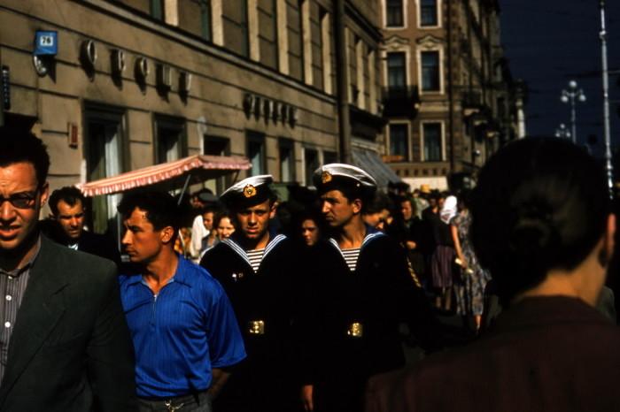 Уличная сцена в центре города в середине 1960-х годах.