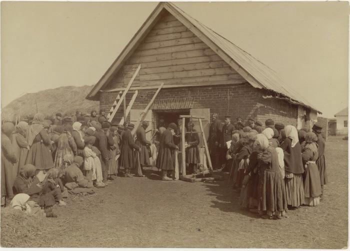 Раздача крестьянам благотворительного хлеба в заштатном городе Починках Лукояновского уезда.