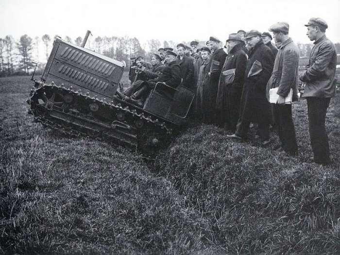 Испытание нового образца сельскохозяйственной техники. СССР, Москва, 1924 год.