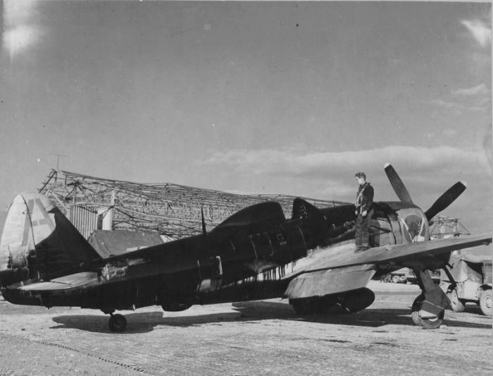 В пару к счастливчику Эдвину Райту, его собрат по боевому коню — пилот истребителя P–47 «Тандерболт» Эдвин Кинг из 347–й эскадрильи 350–й истребительной группы 12–й воздушной армии ВВС США. 12 января 1945 года в районе итальянского города Брешия маслопровод его машины был перебит зенитным огнем, однако пилот привел поврежденный истребитель на аэродром и смог посадить его.