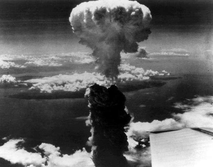 Атомный гриб от взрыва бомбы над Нагасаки, сфотографированный с самолета.