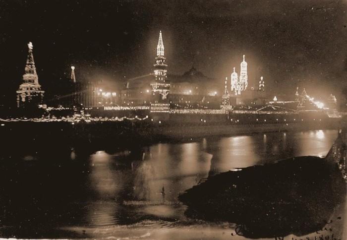 Кремль декорирован электрическими лампочками в честь коронации Николая II в 1896 году.