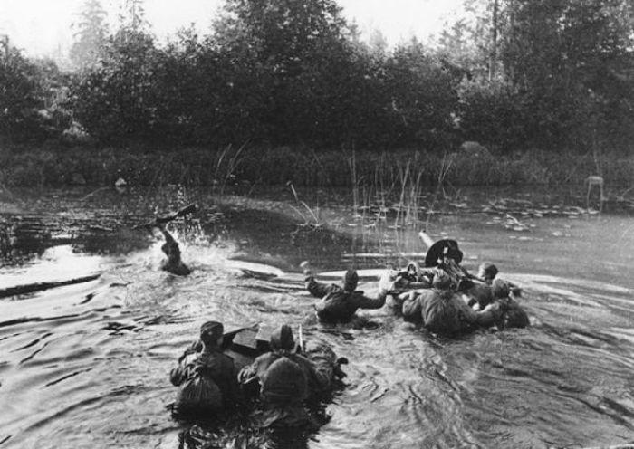 Советские солдаты форсируют реку вдоль линии фронта в июне 1944-го.