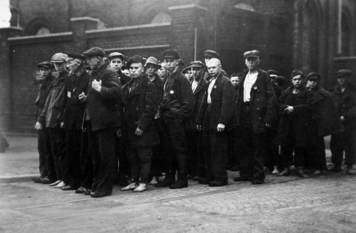 Колонна советских подневольных рабочих стоит после рабочей смены в районе города Люнена. 7 августа 1942 года.