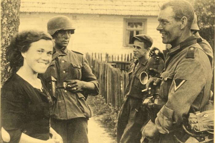 Немецкие солдаты с девушкой. СССР, Украина, 1942 год.