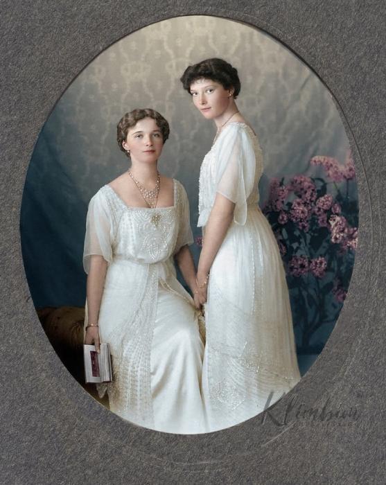 Портретный снимок Ольги и Татьяны Романовой в 1913 году.