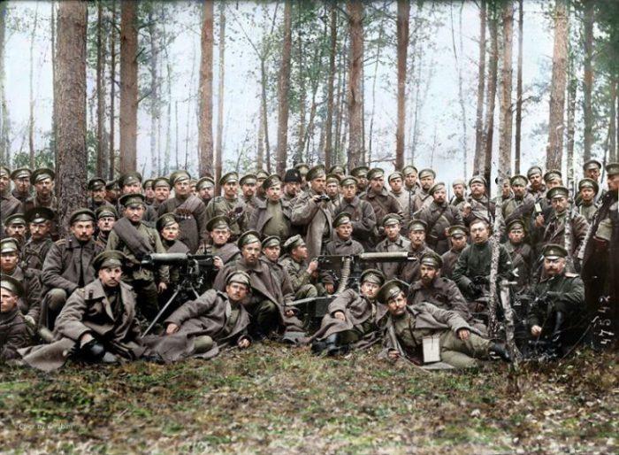 Российские солдаты и офицеры позируют перед боем в 1916 году.
