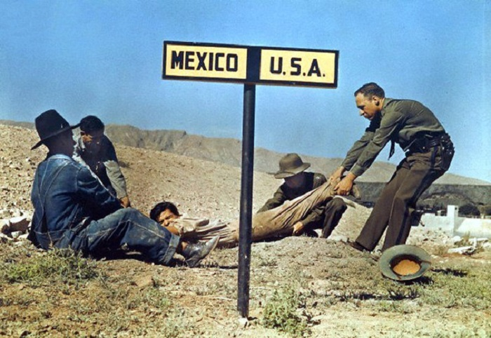 Американские пограничники пытаются втянуть преступника на свою территорию, чтобы не дать ему скрыться в Мексике в 1920 году.