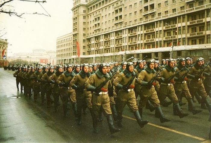 Прохождение войск во время парада. СССР, 1980-е годы.