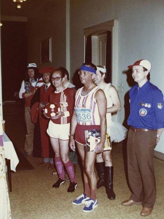 Агенты «Штази» на костюмированном праздновании дня рождения старшего офицера. ГДР, 1980–е годы.