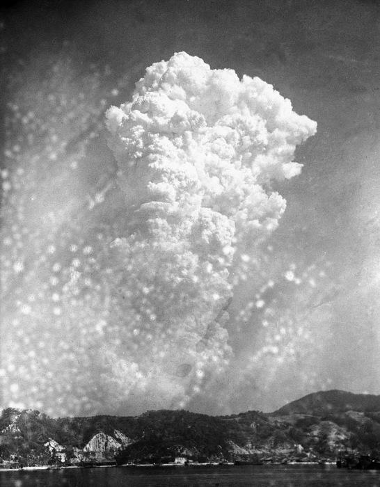 Вид на гриб от атомного взрыва в Хиросиме с расстояния примерно в 20 км с военно-морского арсенала в Курэ.
