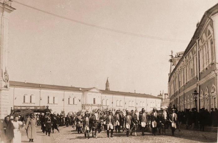 Особый церемониальный отряд, сопровождающий герольдов, направляется из Кремля к горожанам для объявления дня священного коронования.
