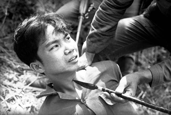 Военные дознаватели Южного Вьетнама ведут допрос захваченного в плен северовьетнамского партизана, 28 марта 1965 года.