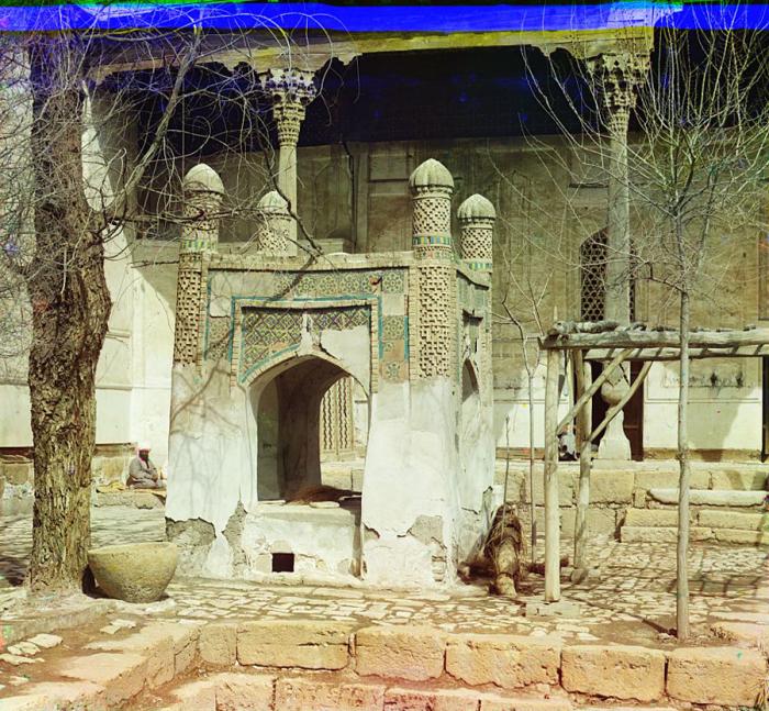 Священный колодезь внутри двора, неподалёку от царской усыпальницы.