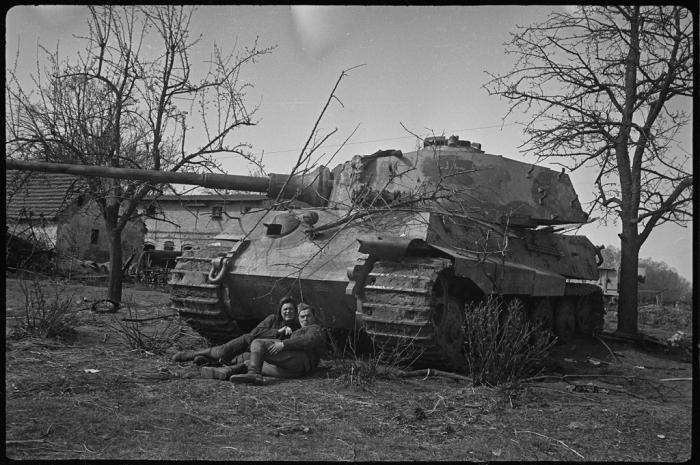 Подбитый немецкий танк. Германия, апрель-май, 1945 год.