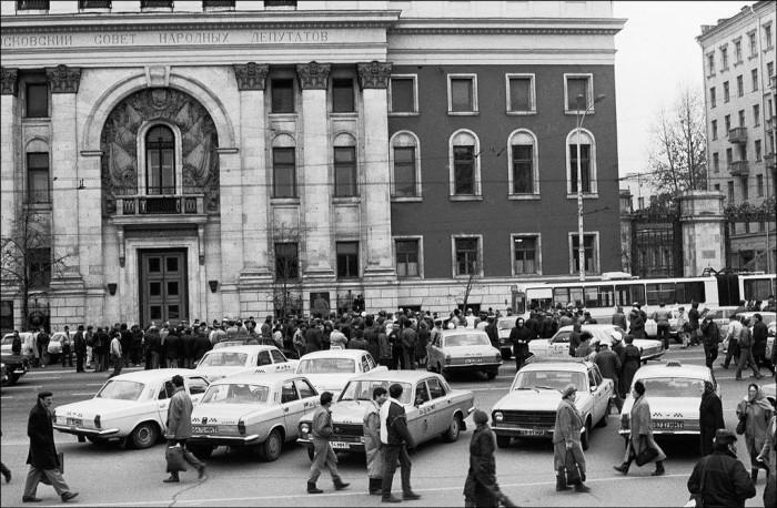 Таксисты перекрыли Тверскую улицу, требуя приватизировать таксопарк в 1991 году.