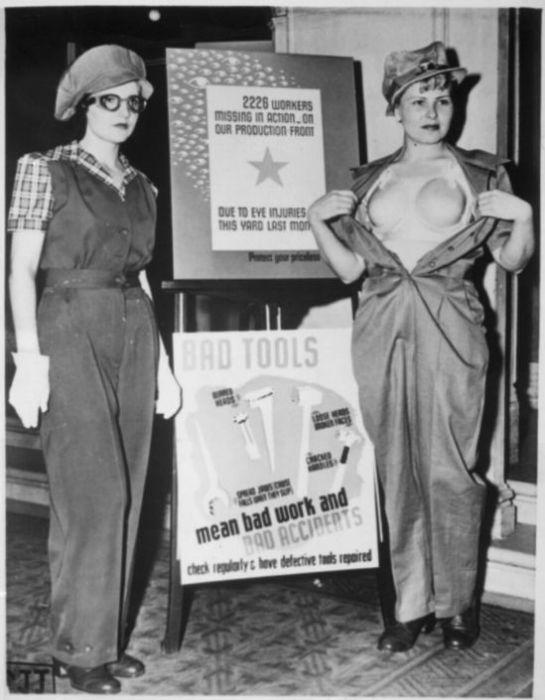 Представление защитной униформы для женщин, работающих на военных заводах. Девушка справа демонстрирует защитный бюстгальтер из пластика. США, 1943 год.