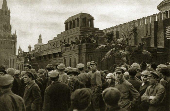 Памятник-усыпальница на Красной площади у Кремлёвской стены. СССР, Москва, 1924 год.