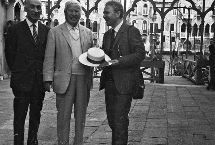 Американский актер, сценарист и режиссер Чарли Чаплин и советский артист цирка Олег Попов в Венеции в 1967 году.