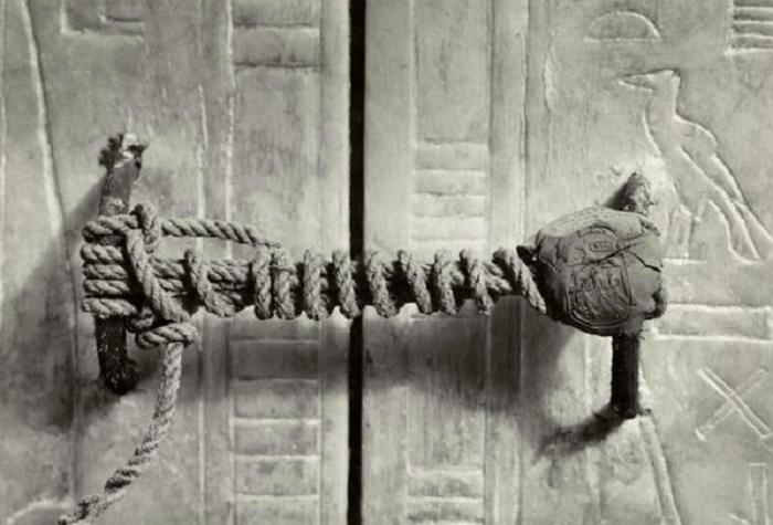 Запечатанный вход в гробницу Тутанхамона.