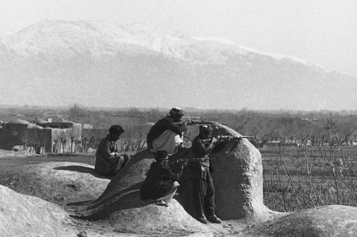 Моджахеды в 10 километрах от Герата, поджидают советский конвой, 15 февраля 1980 года.