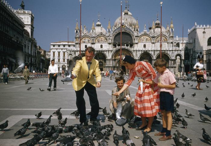 Кормление голубей в Венеции. Италия, 1957 год. Фотограф: Ardian R. Miller.