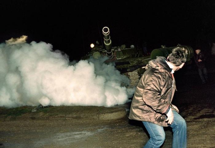 Литовский демонстрант и российский танк во время нападения на радиотелевизионную станцию в Вильнюсе. 13 января 1991 года.