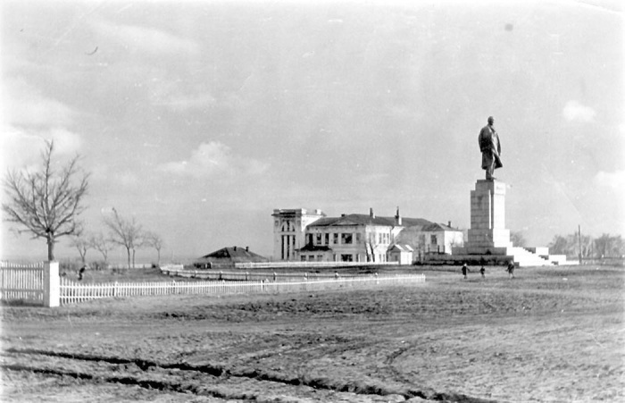 Площадь была полностью заасфальтирована только в начале 50-х годов.
