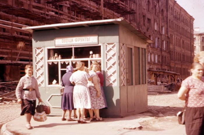 Очередь в киоск за фруктами. СССР, 1950-е годы.