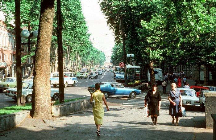 Иномарка на проспекте Шота-Руставели в Тбилиси.