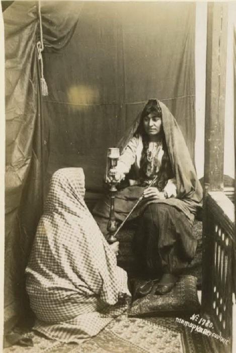 Татарка прислуживает персиянке в Баку. Кавказ, последняя четверть XIX века.