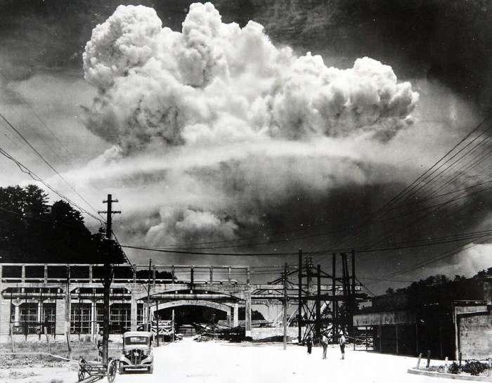 Взрыв атомной бомбы, снятый с земли на расстоянии 9,6 км от Нагасаки.