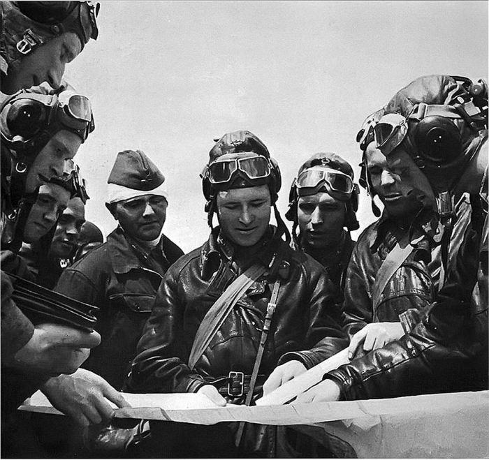 Советские пилоты перед вылетом. Апрель 1943 года.