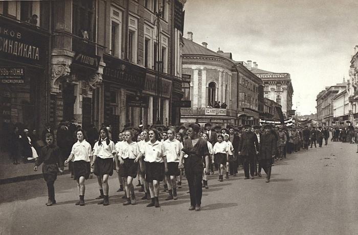 Демонстрация на одной из крупнейших улиц Тверского района. СССР, Москва, 1920-е годы.