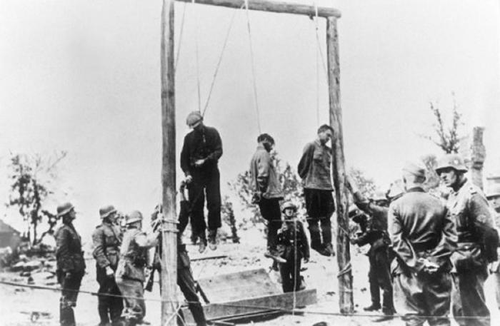 Расправа с коммунистами и пленными в белорусской деревне.