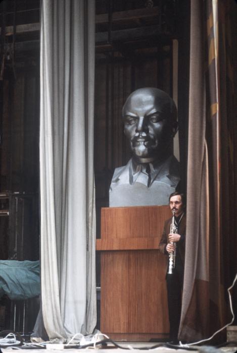Репетиция перед началом выступления. СССР, 1980-е годы.