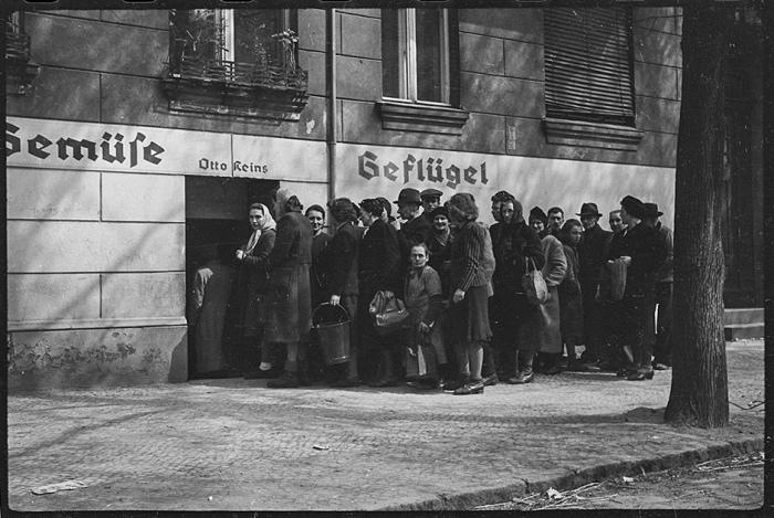 Очередь в бакалейную лавку. Берлин. Май, 1945 год.